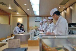 築地寿司清、背筋を伸ばして寿司、食べる!