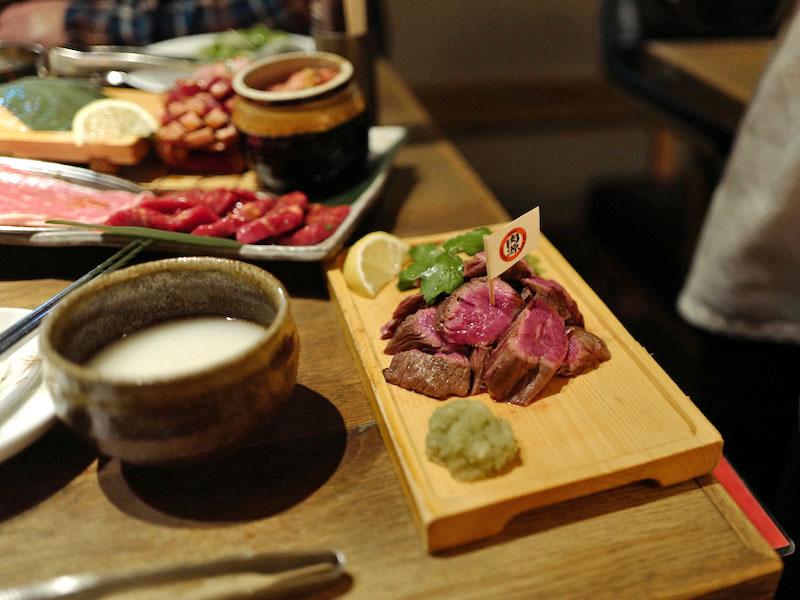 肉源でサービスたのしむ赤坂の夜